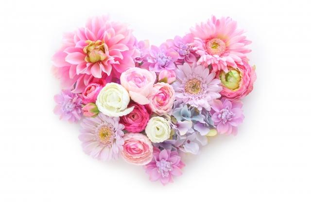 花で出来たハートの写真