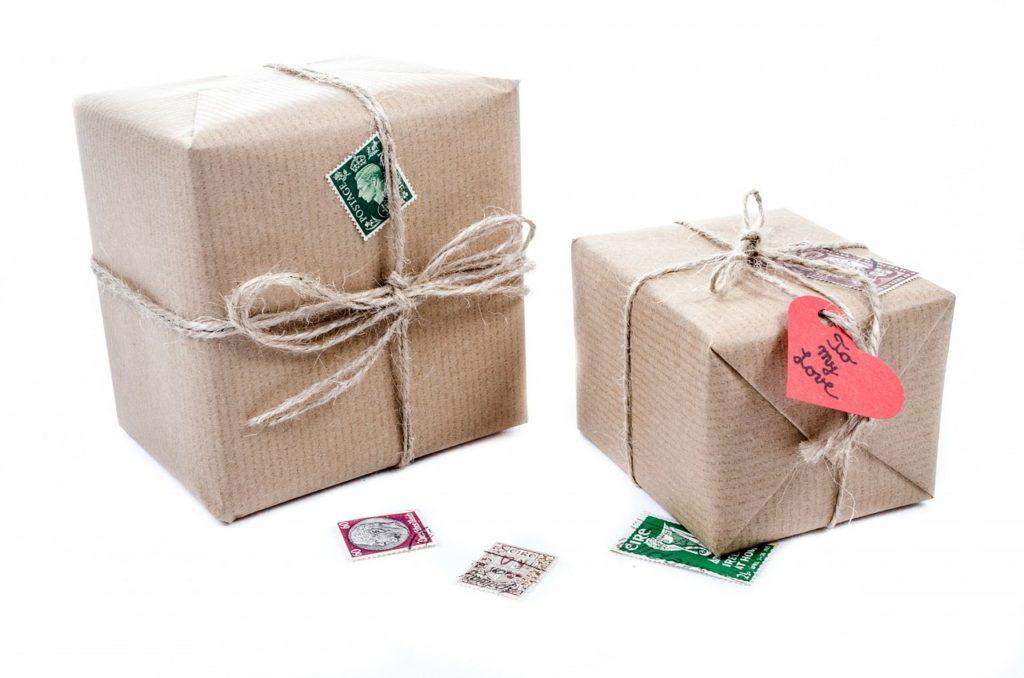 切手と梱包されている箱の写真