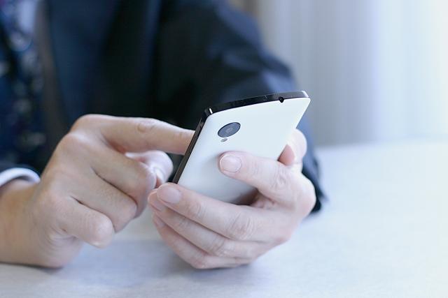 ビジネスマンとスマートフォンの写真