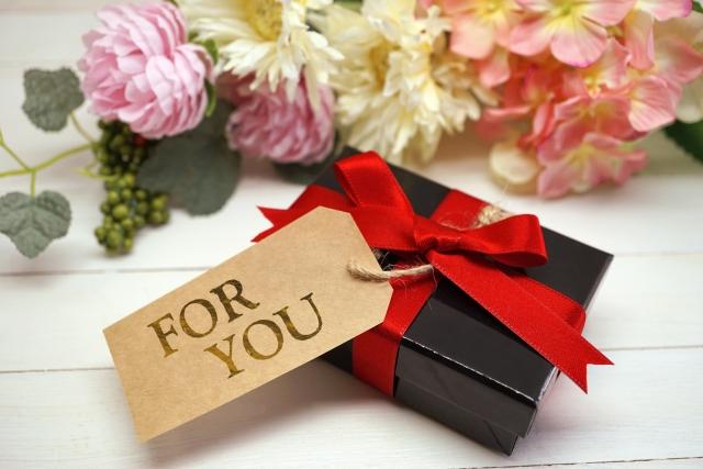 FORYOUと書かれたカードのついたプレゼントボックスの写真