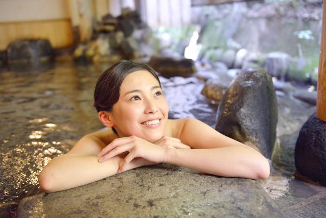 温泉につかっている女の人の写真