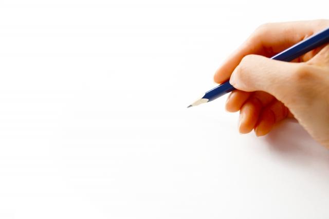 鉛筆を持つ手の写真