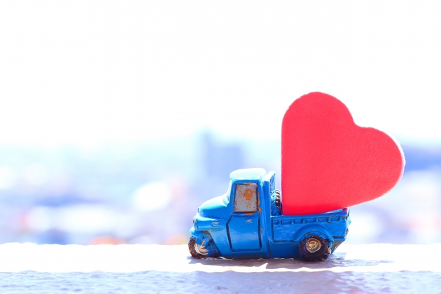 トラックのオブジェにハートが積んである写真