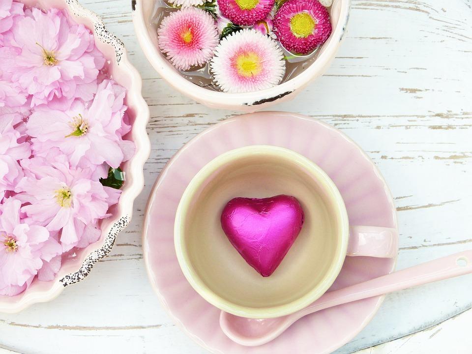 ピンク-カップの中に花びらが入った写真