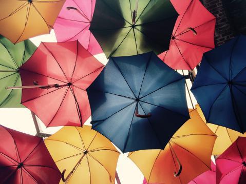 カラフルな傘がたくさんある写真