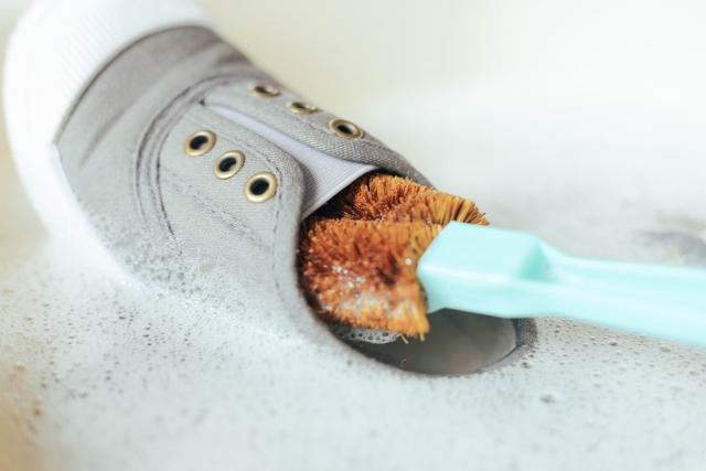 靴をたわしで洗っている写真