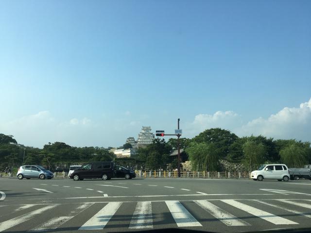 車内から見る姫路城の写真