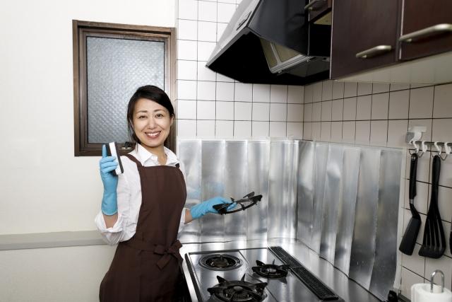キッチンを掃除する女性の写真