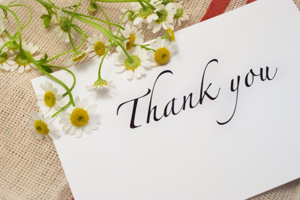 thank youと書いてあるカードとお花の写真