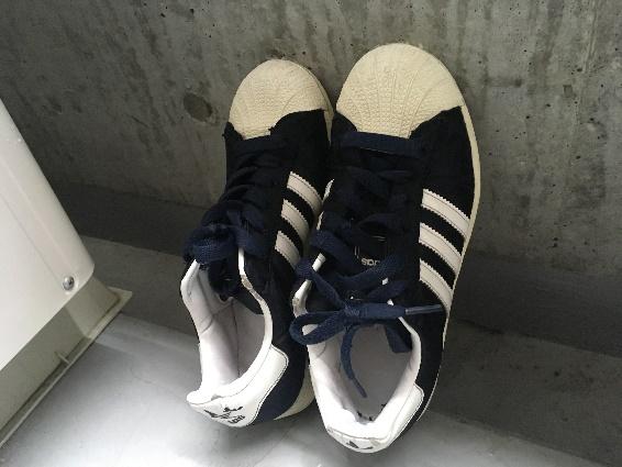 黒い靴を日陰に干している写真