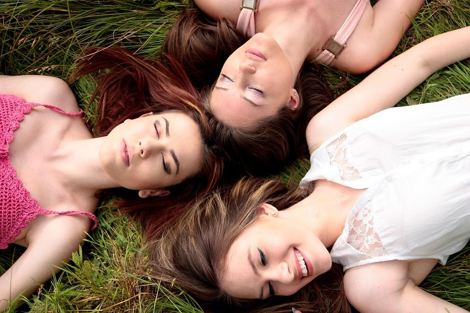 3人の寝転んでいる外人女性の写真