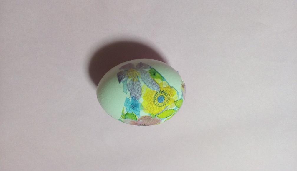デコパージュを貼った卵の写真