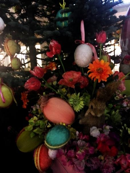 イースターエッグが飾ってあるツリーの写真
