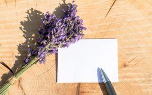 お花とペンと髪の写真