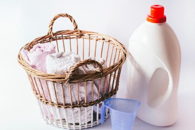 洗濯洗剤と洗濯籠の写真