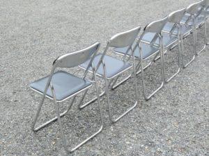 並んだパイプ椅子の写真