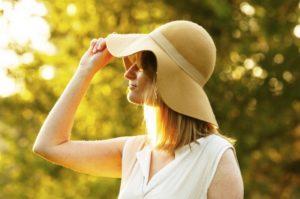 帽子をかぶった女性の写真