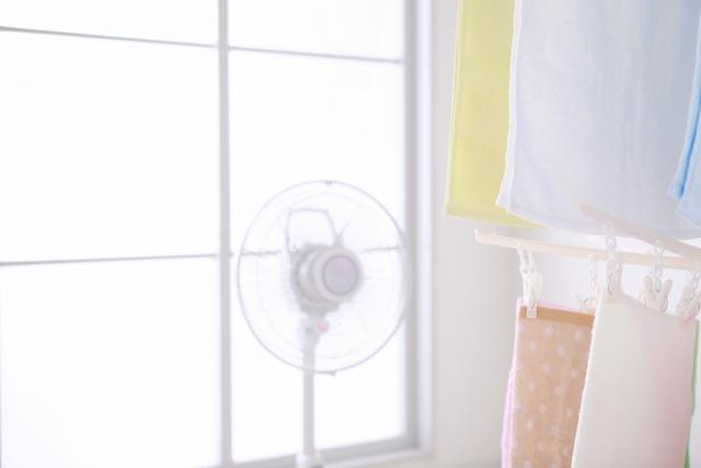 部屋干しと扇風機の写真