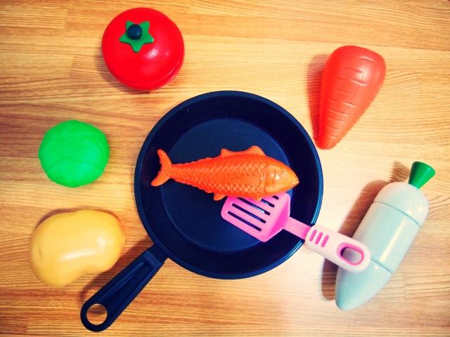 おままごとセットのフライパンと野菜の写真