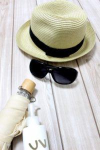 帽子とサングラスの写真