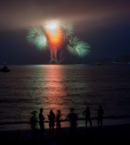 海から見る花火