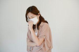 風邪をひいている女性の写真