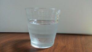 水の入ったグラスの写真