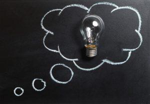 電球と黒板の アイディアのイメージ写真