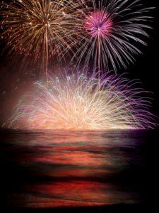 海から見る打ち上げ花火の写真