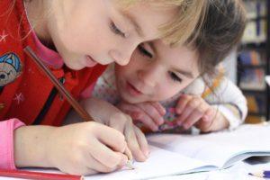 研究する子供の写真