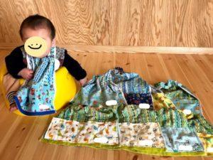 赤ちゃんとタオルエプロンの写真