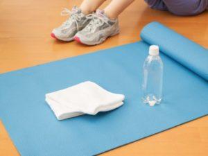トレーニングマットとタオル、ペットボトルの写真