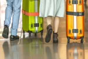 キャリーケースと足の写真