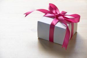 リボンのかかったプレゼント箱の写真