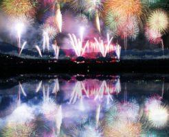 海に移る打ち上げ花火の写真