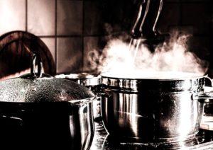 キッチンで調理している写真