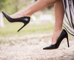 パンプスを履いている女性の足