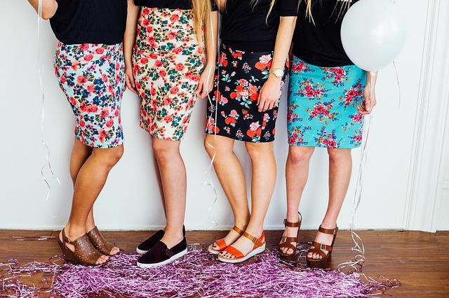 4人の女性のスカートと靴の写真