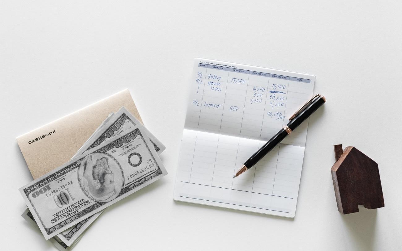 通帳と紙幣の写真