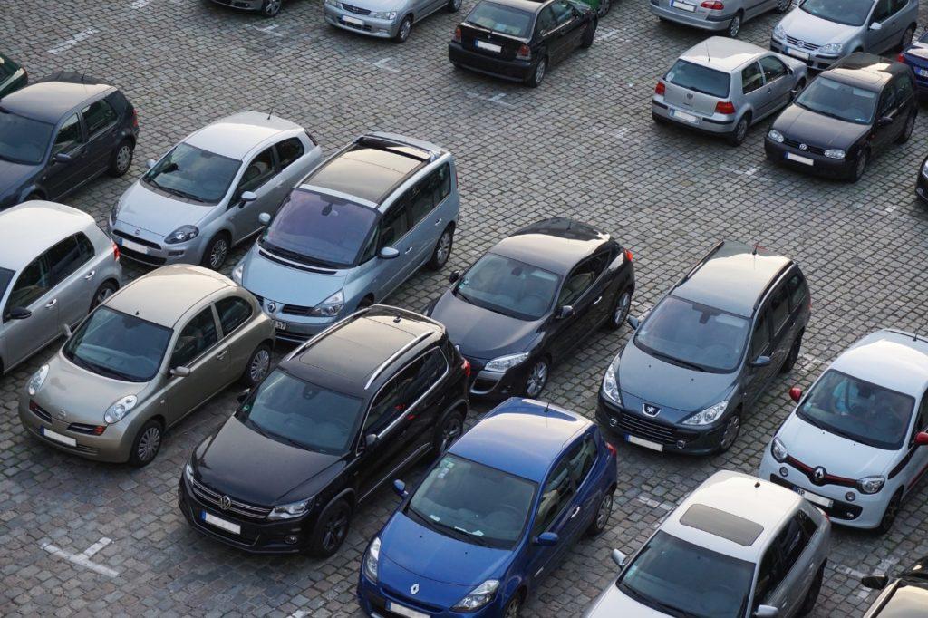 駐車場に並んだ車の写真