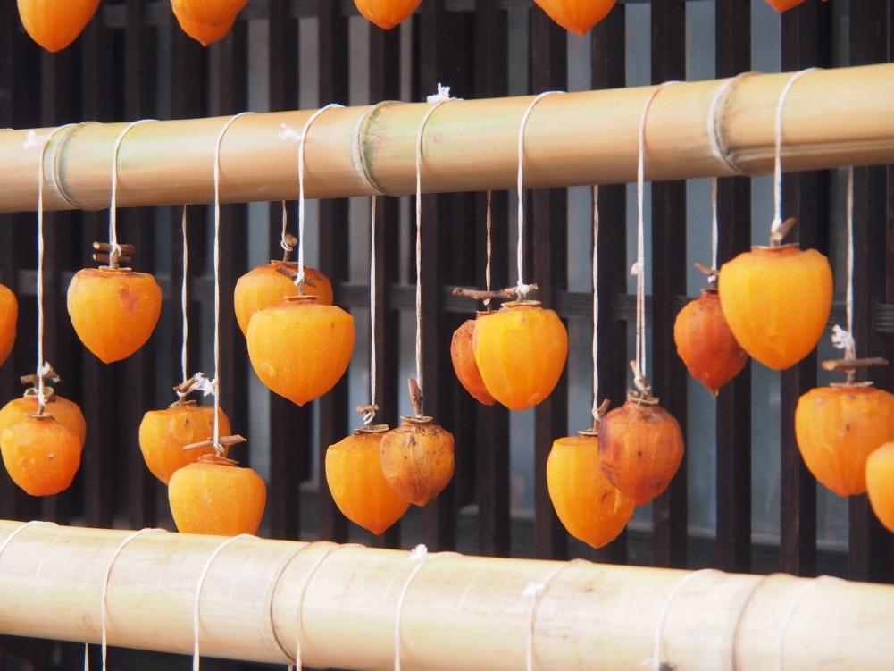 干し柿を干している写真