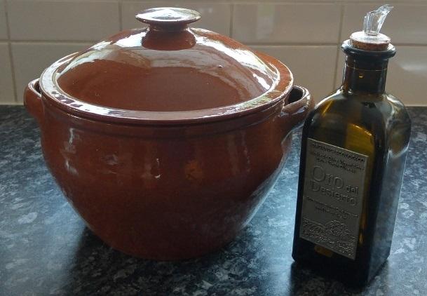 シチュー鍋とオリーブオイル
