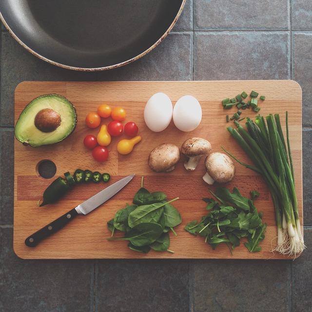 まな板と食材の写真
