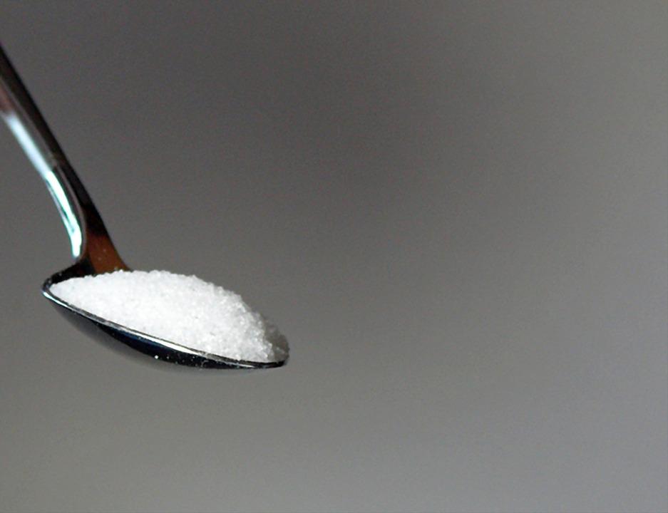 スプーンに乗った粗糖