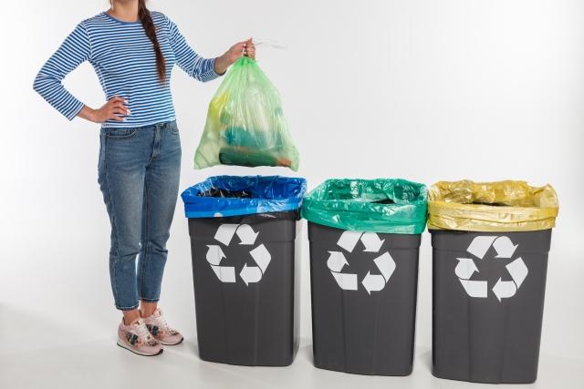 ゴミ箱にごみを捨てる人