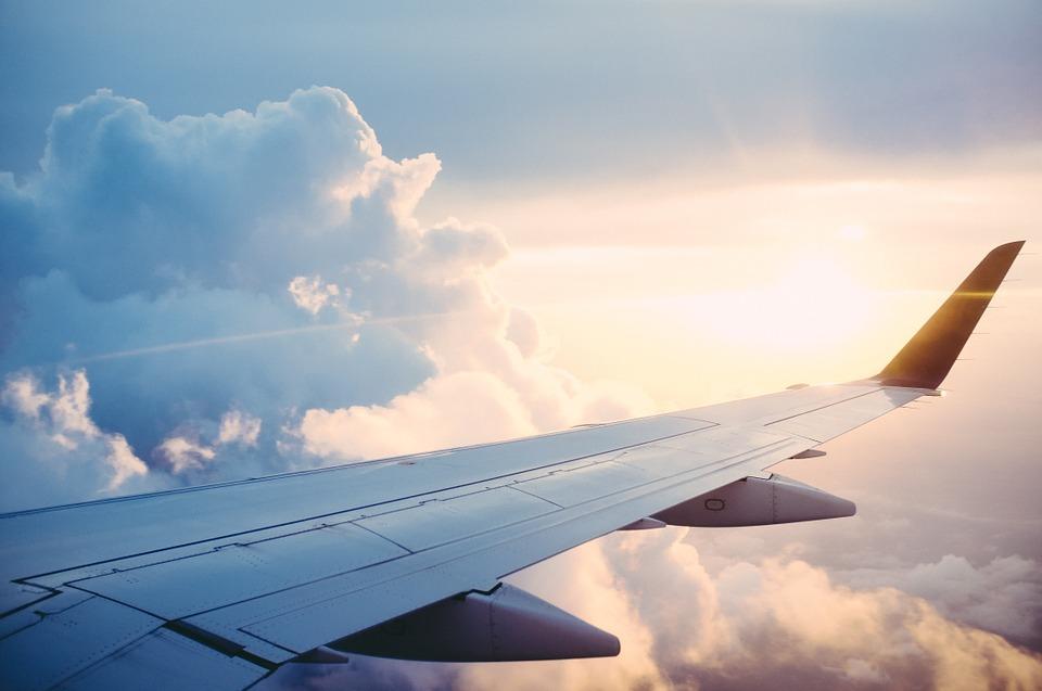 飛行機の羽根と雲