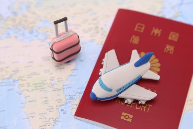 パスポートとミニチュア飛行機
