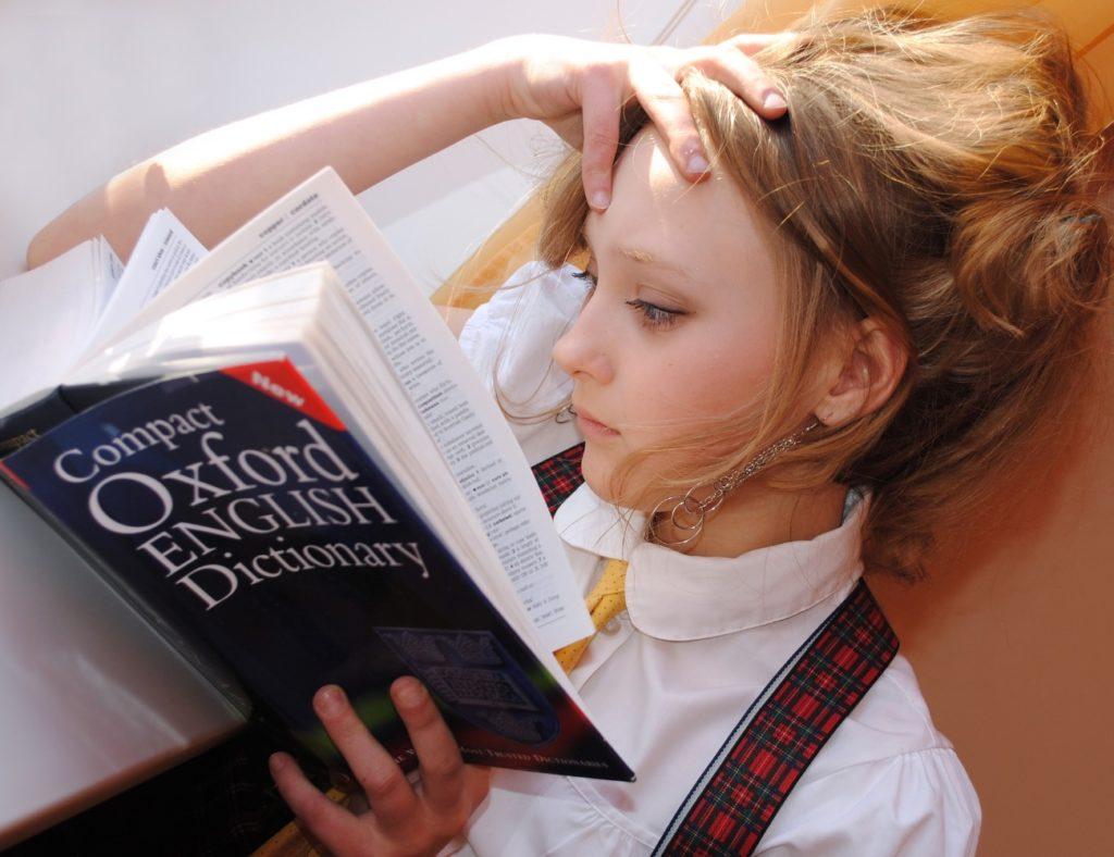 本を読む海外の子供