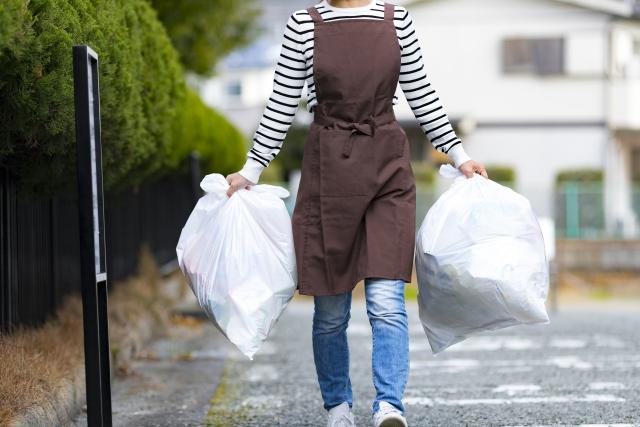 ゴミ出しをする主婦
