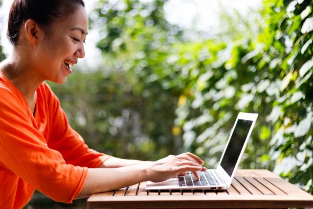 パソコンで作業している女性